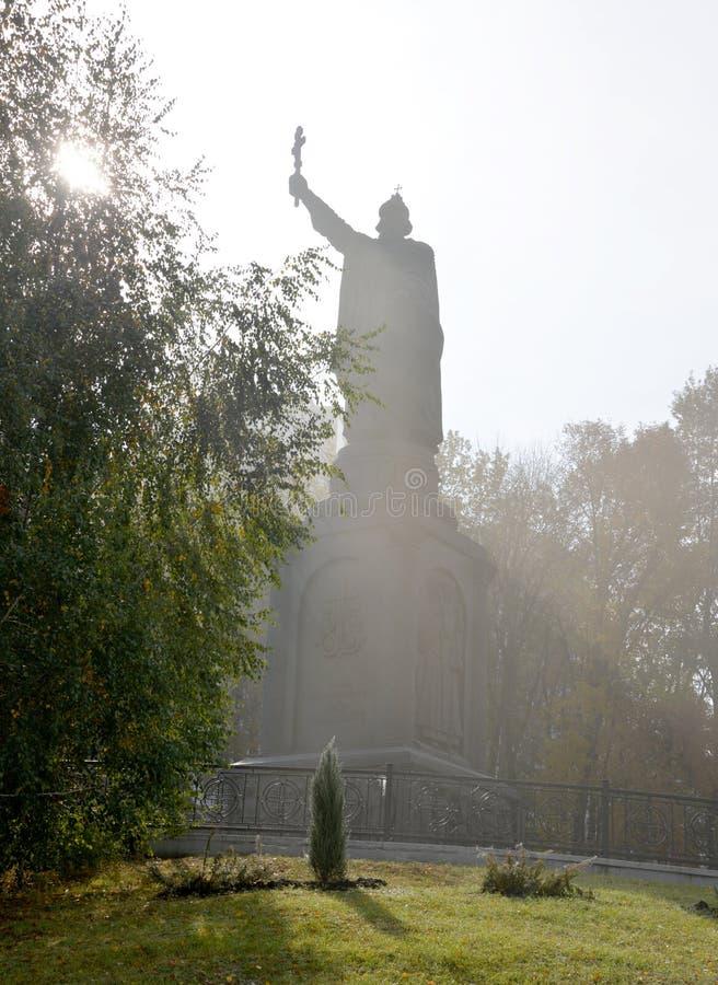 monumento al san Vladimir nei raggi del sole brillante nel primo mattino immagine stock libera da diritti