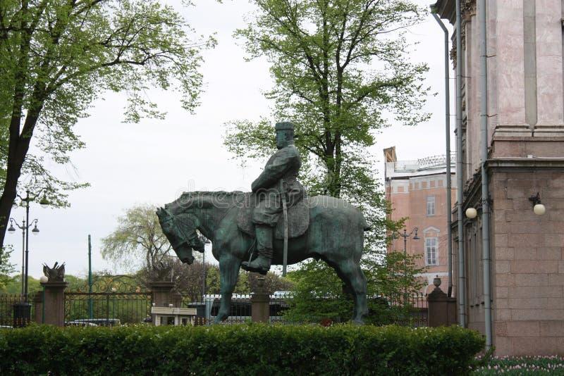 monumento al zar Alexander delante del palacio en Petersburgo imagenes de archivo