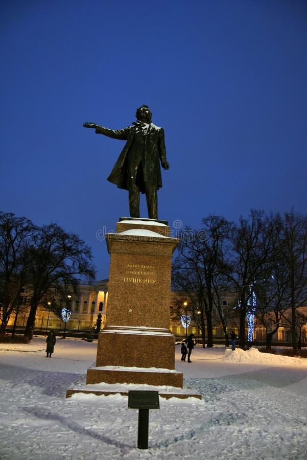 Monumento a Aleksander Pushkin no quadrado das artes em St Petersburg, Rússia imagens de stock royalty free
