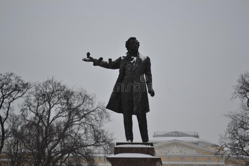 Monumento a Alexander Pushkin, grande poeta do russo, y 1957 imagens de stock