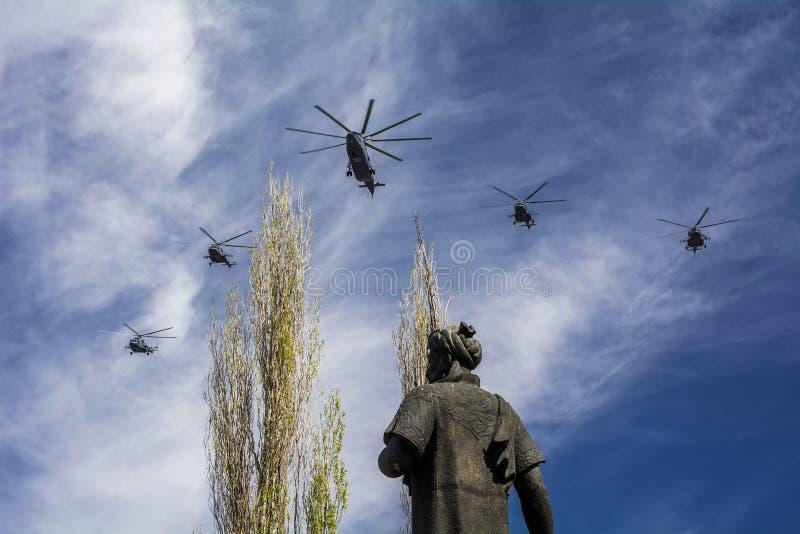 Monumento a Alisher Navoi contra la perspectiva de los helicópteros de Victory Parade el 9 de mayo imagenes de archivo