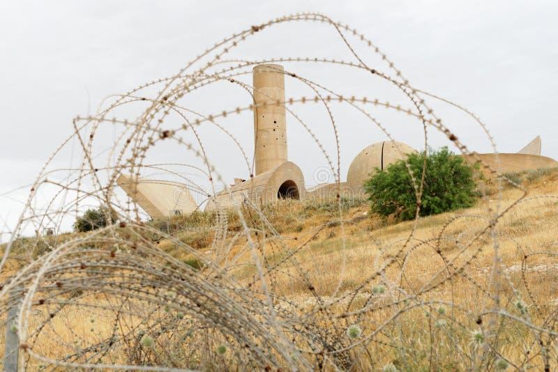 Monumento alla brigata di Negev in birra Sheva, Israele, visto attraverso il filo spinato fotografia stock libera da diritti