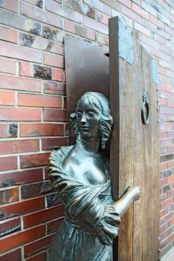 Monumento alla donna di Fisher che aspetta il suo marito Kaliningrad, fotografia stock