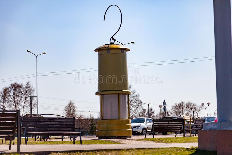 Monumento alla lanterna di un minatore di grandi dimensioni di colore giallo con un gancio sopra il quadrato in memoria del lavor fotografia stock