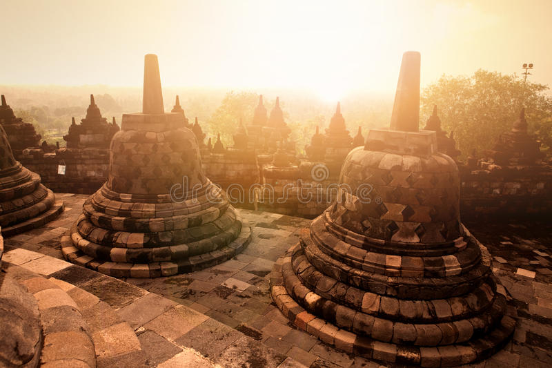 Monumento antiguo del templo budista en la salida del sol, Yogyakarta, Java Indonesia de Borobudur fotografía de archivo