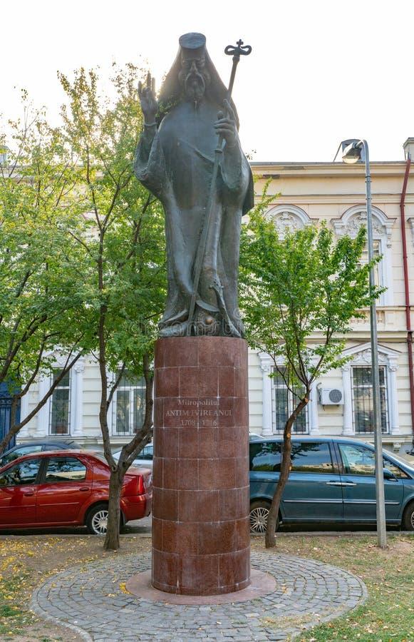 Monumento a Antim metropolitano Iviryan - fundador do monastério em Bucareste, Romênia fotos de stock