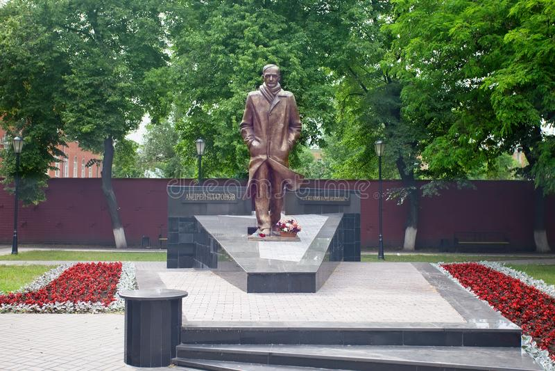 Monumento ao escritor famoso Andrei Platonov do russo voronezh foto de stock