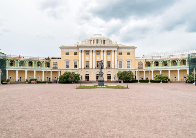 Monumento ao imperador Paul mim no quadrado do palácio de Pavlovsk foto de stock royalty free