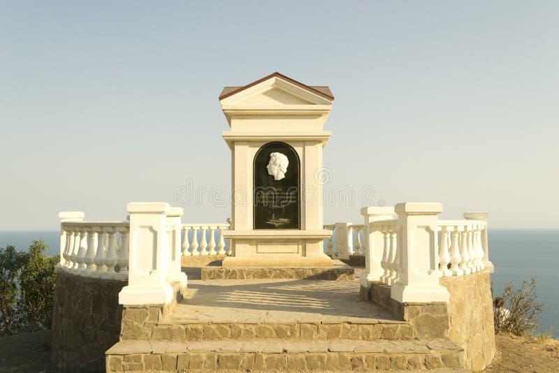 Monumento ao poeta em uma rocha pelo mar foto de stock royalty free