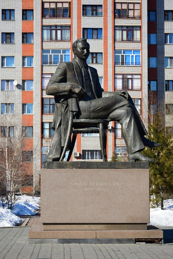 Monumento ao poeta Saken Seifullin do Cazaque em Astana imagem de stock royalty free