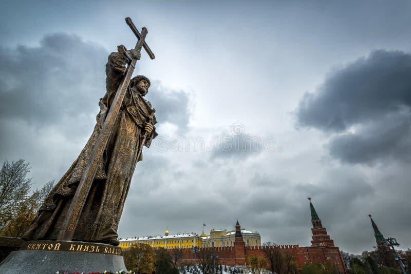 Monumento ao príncipe santamente Vladimir o grande sobre a Moscou Kreml fotos de stock royalty free