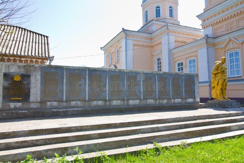 Monumento ao soldado WW2 desconhecido na vila Kynashiv, Ucr?nia, lista de v?timas da guerra, manh? clara da mola do c?u azul fotos de stock royalty free