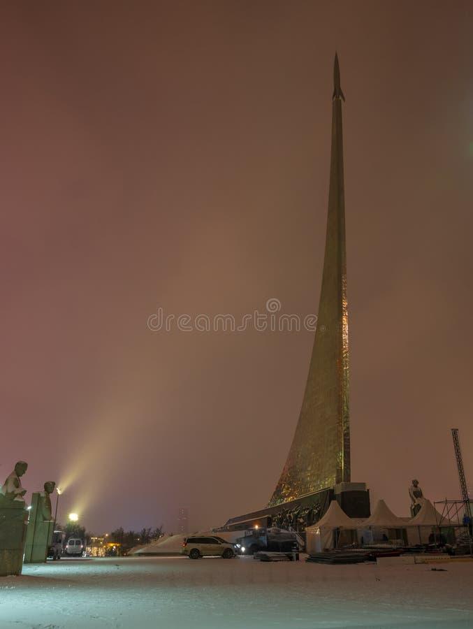 Monumento aos conquistadores do espaço em Moscou, Rússia, na noite imagem de stock royalty free