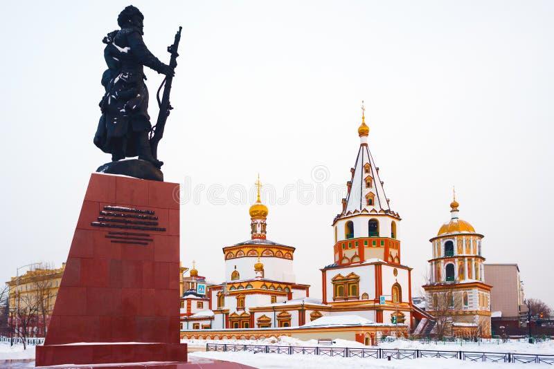 Monumento aos fundadores de Irkutsk e da catedral do esmagamento imagem de stock