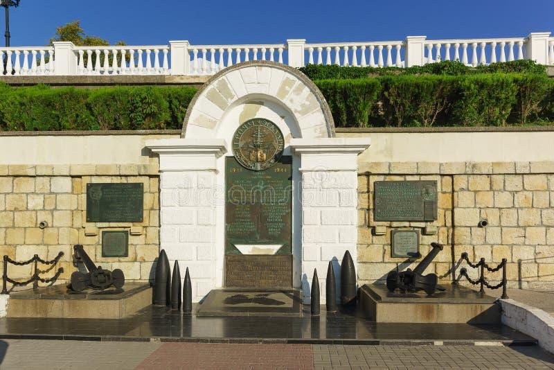 Monumento aos heróis do esquadrão dentro na parede uma terraplenagem do bulevar de Primorsky para o 35o aniversário do liberat fotos de stock royalty free