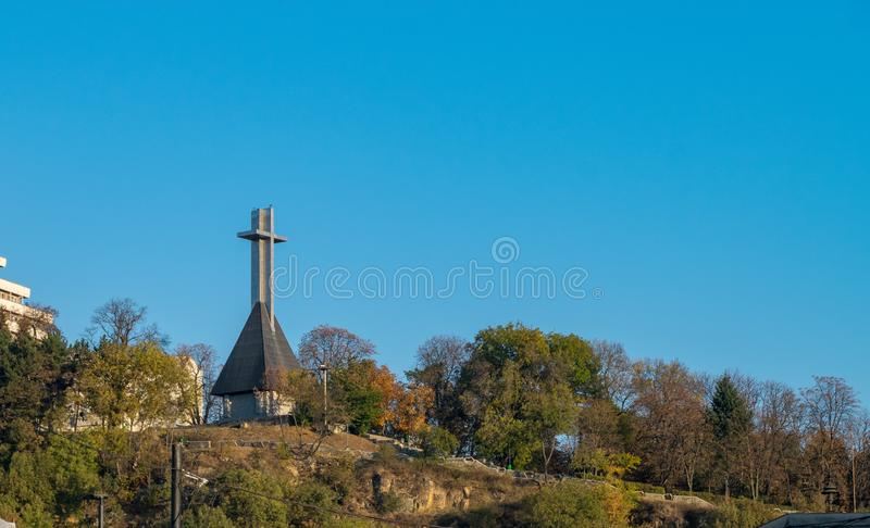Monumento aos heróis nacionais na forma de uma cruz no monte de Cetatuia que negligencia Cluj-Napoca, Romênia imagem de stock royalty free