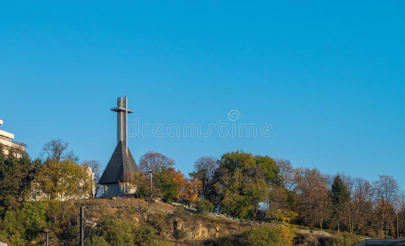 Monumento aos heróis nacionais na forma de uma cruz no monte de Cetatuia que negligencia Cluj-Napoca, Romênia imagem de stock