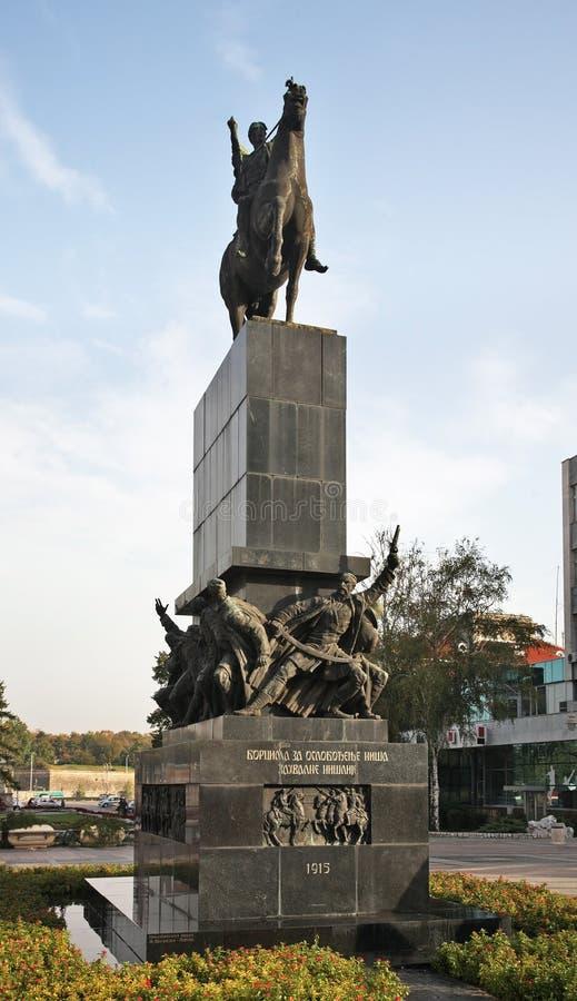 Monumento aos libertadores do Nis no quadrado do rei Milan serbia foto de stock