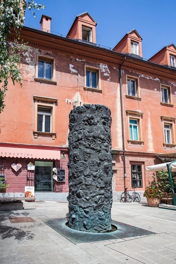 Monumento aos voluntários do desenvolvimento esloveno fotos de stock