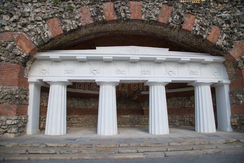 Monumento architettonico della grotta di rovine nel giardino di Alexandrovsky a Mosca fotografia stock