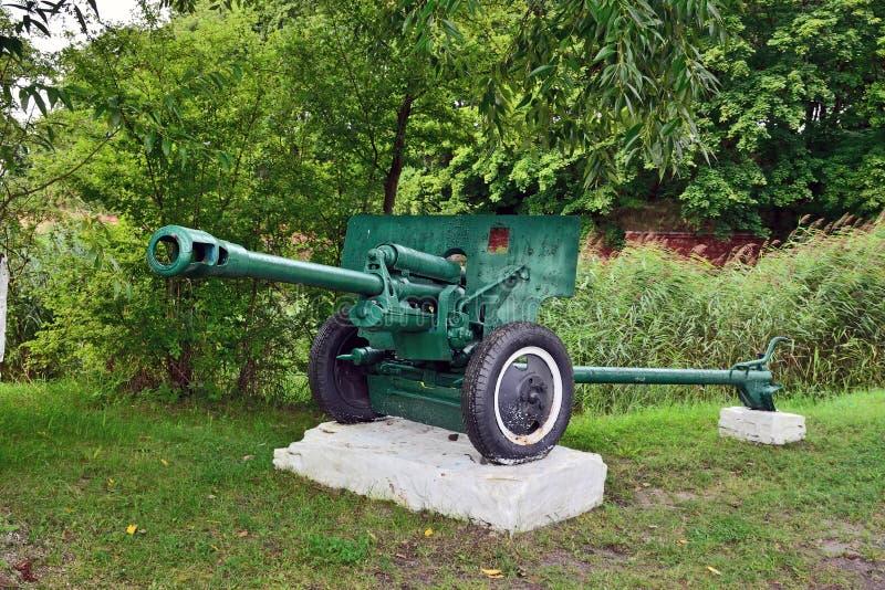 Monumento arma divisional M1942 ZiS-3 de 76 milímetros Ciudad Baltiysk, Kalini fotografía de archivo