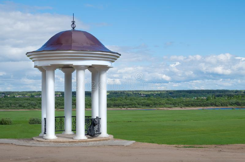 Monumento bianco con le colonne fotografia stock libera da diritti