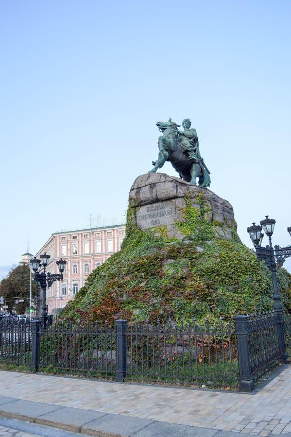 Monumento a Bogdan Khmelnitsky en Kiev tarde Otoño imagen de archivo