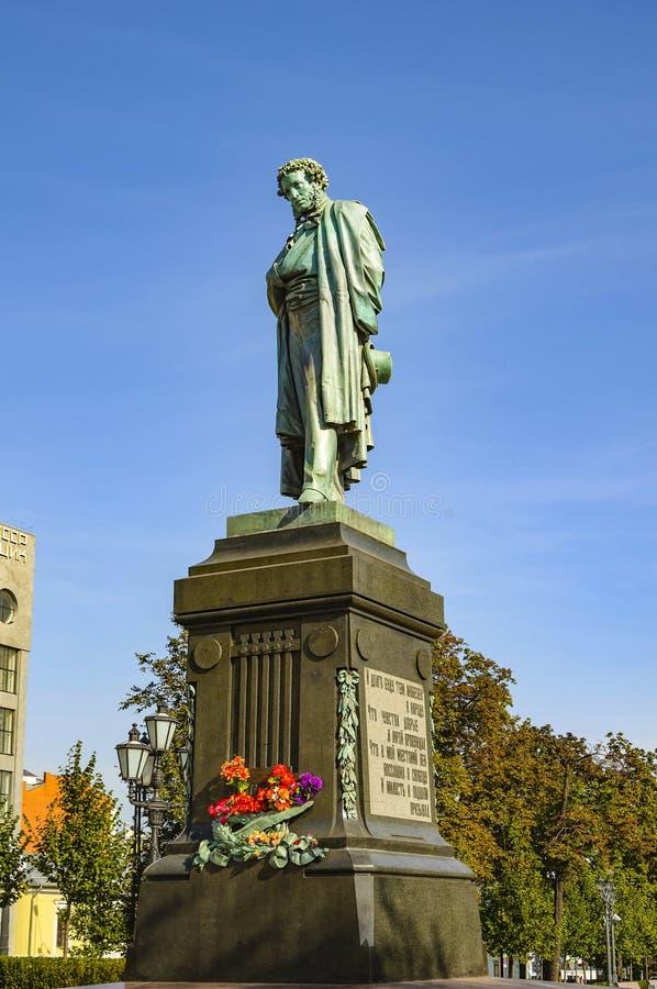 Monumento bronzeo ad Alexander Pushkin - il grande poeta russo Quadrato di Pushkin Mosca, Russia immagine stock libera da diritti