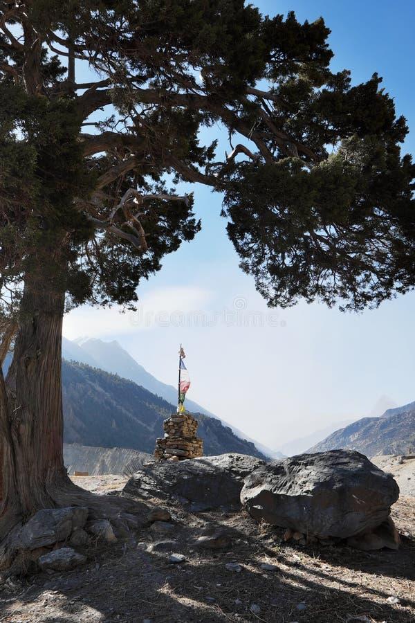 Monumento budista con una bandera imagenes de archivo