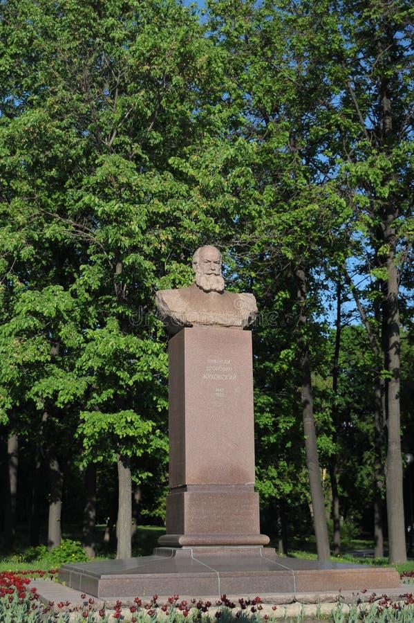 Monumento, busto a Nikolai Egorovich Zhukovsky en Moscú, Rusia imagen de archivo libre de regalías
