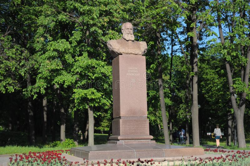 Monumento, busto a Nikolai Egorovich Zhukovsky en Moscú, Rusia fotografía de archivo