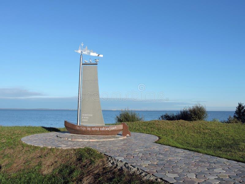 Monumento cerca del escupitajo de Curonian, Lituania fotografía de archivo libre de regalías