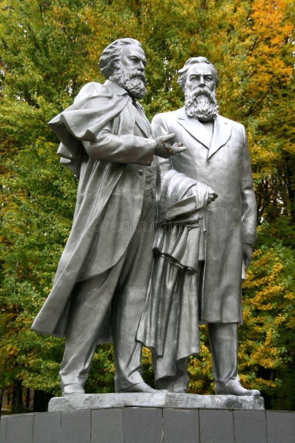 Monumento a Charles Marx y a Fridrih Engels imágenes de archivo libres de regalías