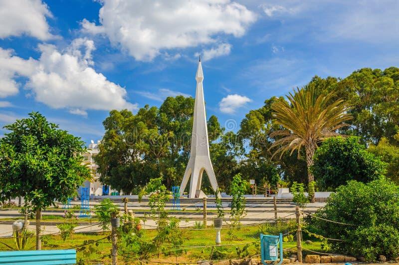 Monumento com céu azul e árvores perto de Medina em Hammamet Tunísia imagem de stock royalty free