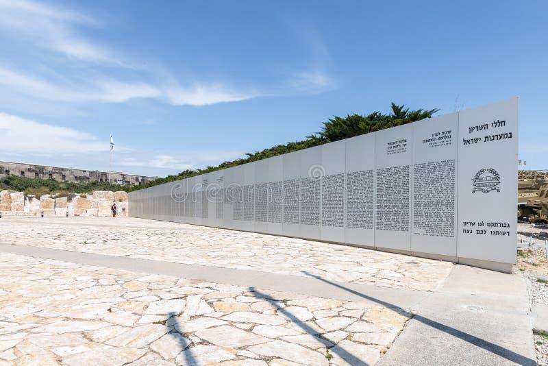 Monumento commemorativo con i nomi delle autocisterne uccise nelle guerre di Indipendenza dello stato d'Israele sul sito commemor immagine stock