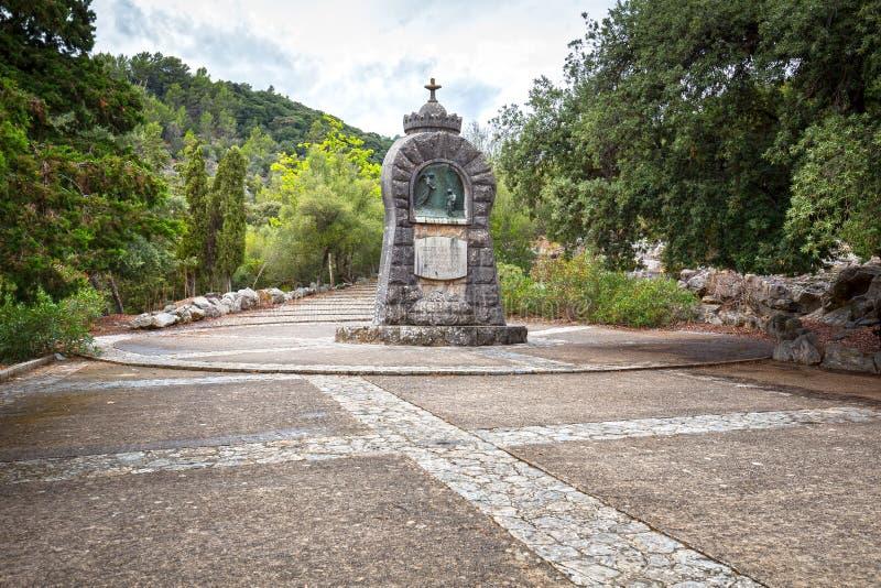 Monumento con l'incrocio sul monastero di Lluc, Maiorca, Spagna fotografia stock
