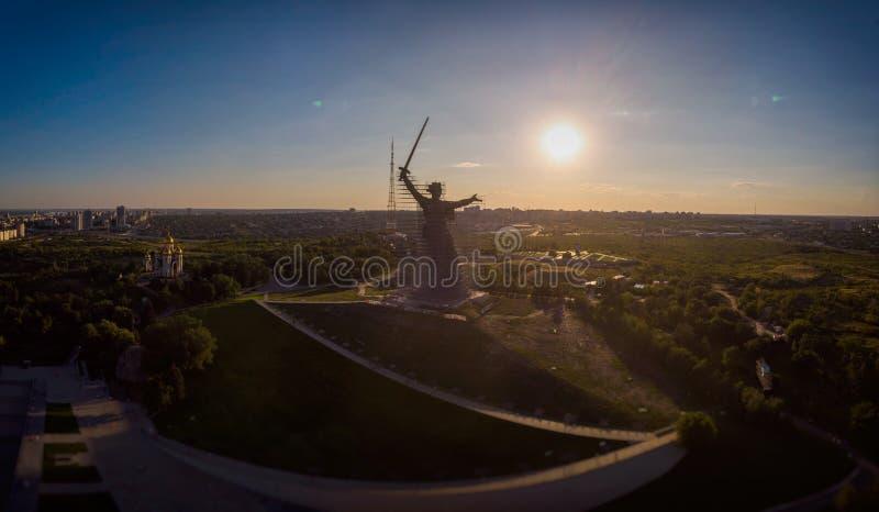 Monumento-conjunto de la reconstrucción a los héroes de Stalingrad las llamadas de la patria foto de archivo