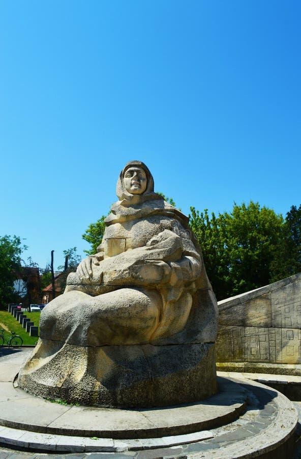 Monumento contra el cielo azul, Rumania del guerrero imagenes de archivo