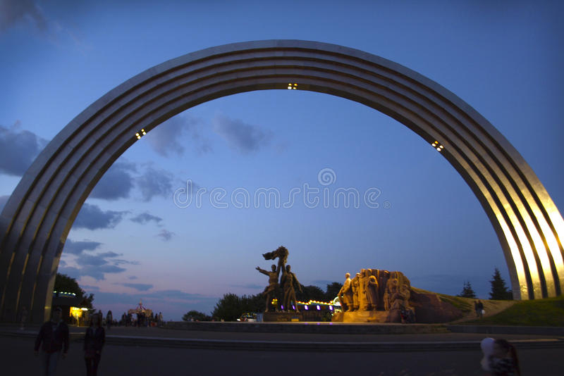 Monumento da amizade dos povos em Kiev em Ucrânia imagem de stock