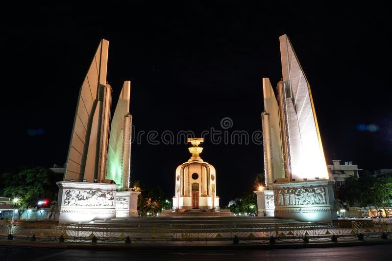 Monumento da democracia de Tailândia na noite com luz do carro do movimento imagem de stock