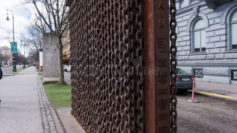 Monumento davanti alla casa del terrore immagini stock libere da diritti