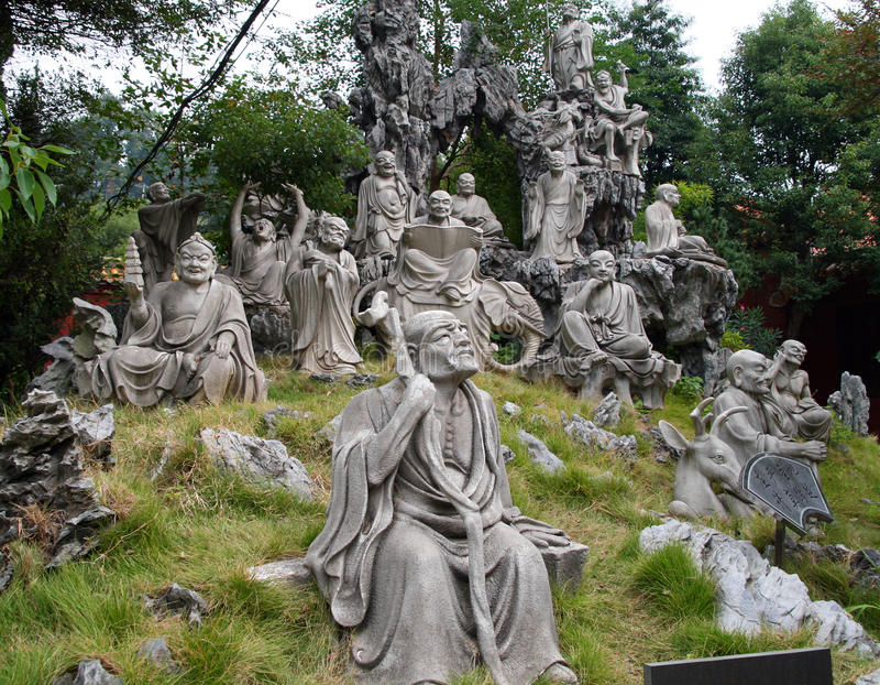 Monumento de 18 16 Arhats en el jardín detrás del templo magnífico del templo de Nanyue Damiao de la montaña del sur, China imágenes de archivo libres de regalías
