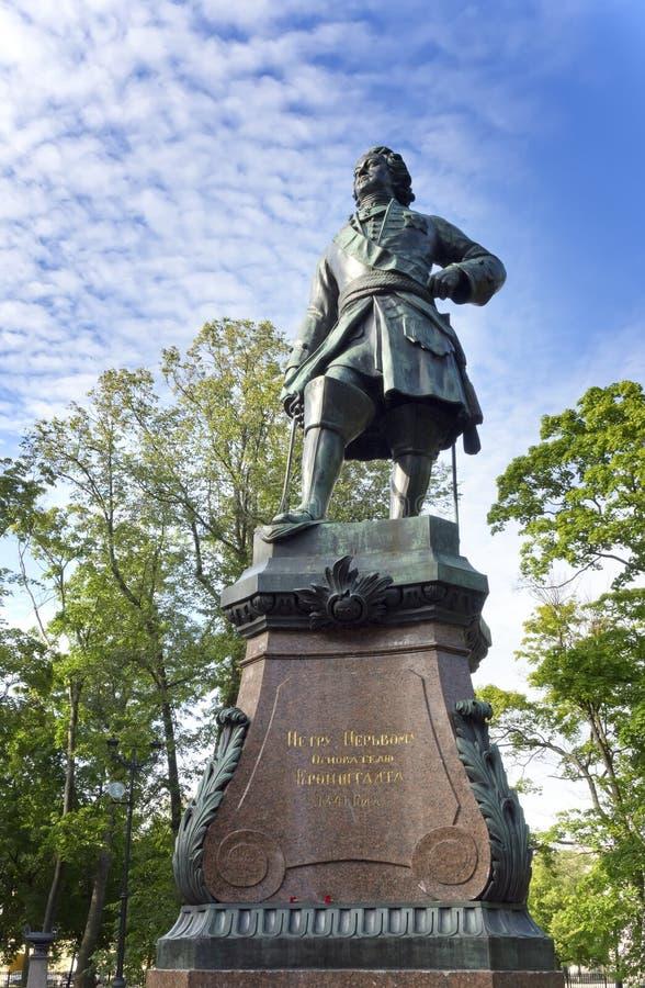 Monumento de bronce a Peter I, siglo XIX, en Kronstadt, St Petersburg, Rusia Una inscripción - a Peter I - el fundador de Kronst imagen de archivo