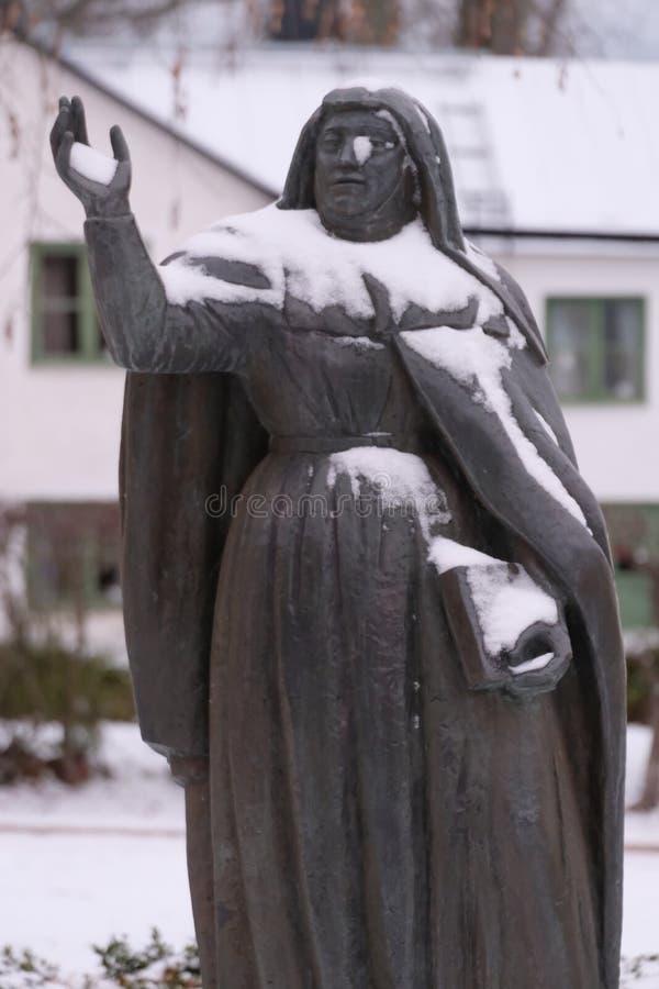 Monumento de bronce santo nevado, Vadstena, Suecia de Bridget fotos de archivo