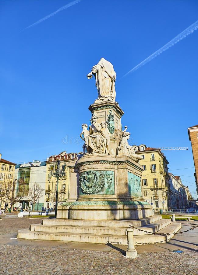 Monumento de Camillo Benso no quadrado de Carlo Emanuele II da praça Milão, Lombardy, Itália imagem de stock