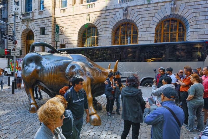 Monumento de carregar Bull financeiro em Broadway, perto da parede Stree foto de stock royalty free