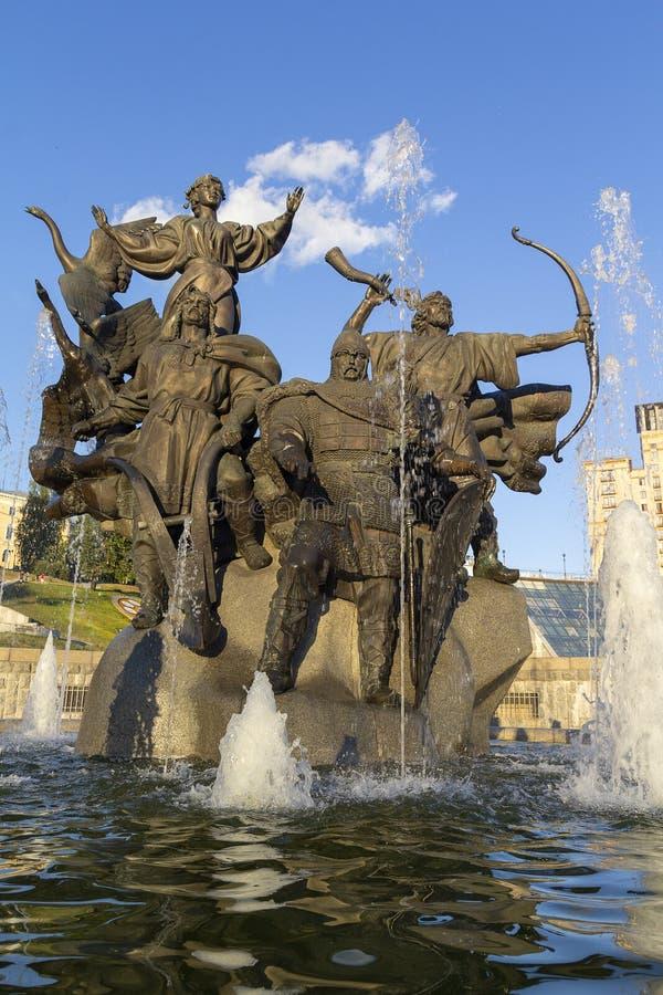 Monumento de Ciudad-fundadores en el cuadrado de la independencia kiev fotografía de archivo