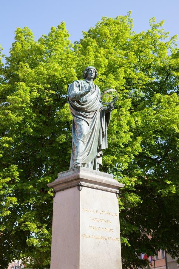 Monumento de Copernicus em Torun, Polônia foto de stock
