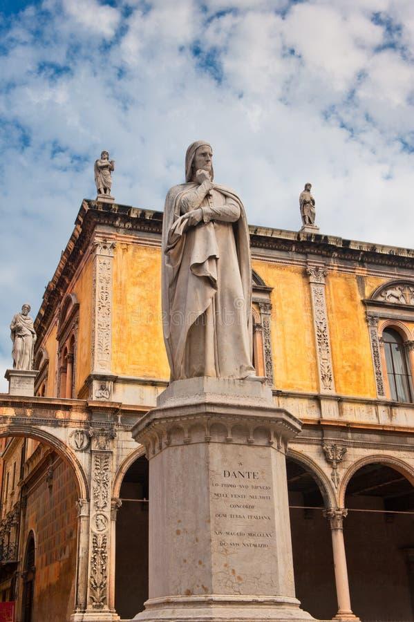 Monumento de Dante, Verona, Italia fotografía de archivo