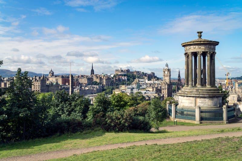 Monumento de Dugald Stewart no monte de Calton com uma vista em Edimburgo imagens de stock
